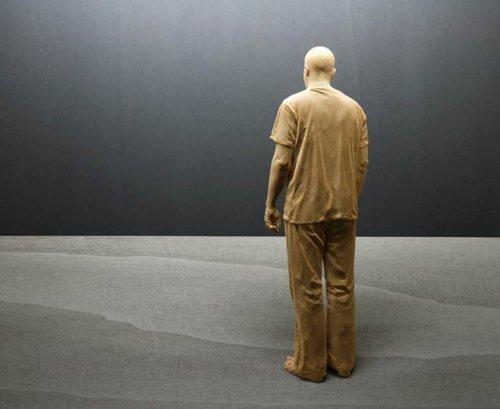 Реалистичные скульптуры людей, вырезанные художником Петером Деметцом из дерева (17 фото)