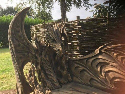 Драконья лавка, вырезанная из дерева с помощью бензопилы (6 фото)