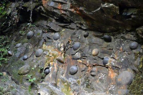 Загадочная китайская скала откладывает каменные яйца каждые 30 лет (6 фото + видео)