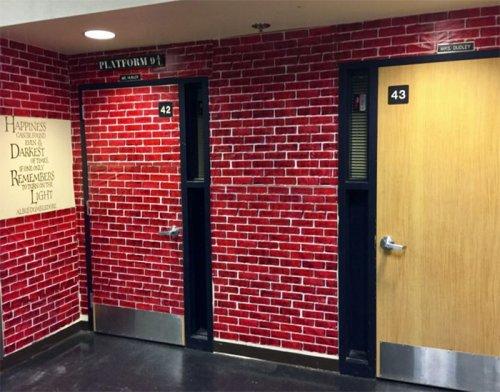 Креативный педагог превратил классную комнату в Хогвартс (18 фото)