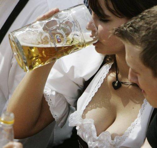 Пиво и девушки на фестивале Октоберфест-2017 (29 фото)
