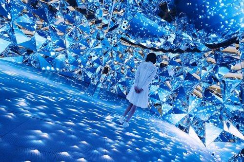 Сверкающая инсталляция, создающая ощущение, будто находишься внутри бриллианта (8 фото)
