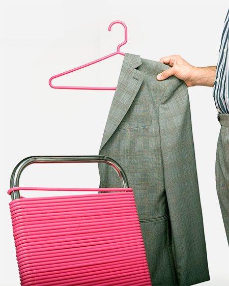 Стул из вешалок для одежды, экономящий место для их хранения (6 фото)