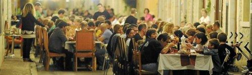 Каждый год целый городок закрывается, чтобы принять участие в совместном ужине прямо посреди улиц (7 фото)