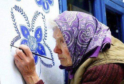 90-летняя бабушка превращает родную деревню в художественную галерею (16 фото)
