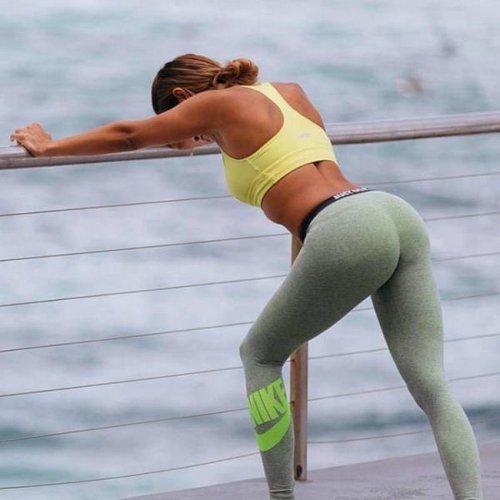 Спортивные девушки в соблазнительных леггинсах (24 фото)
