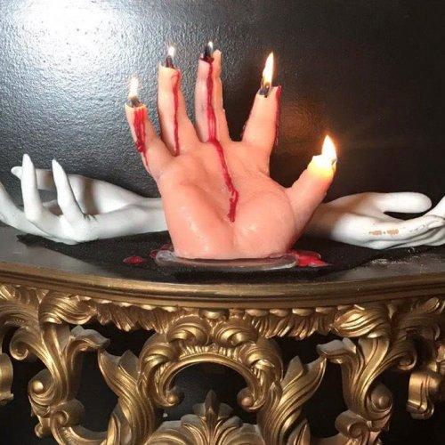 """Жуткие свечи в виде отрубленных рук, из которых сочится красный воск-""""кровь"""" (6 фото)"""