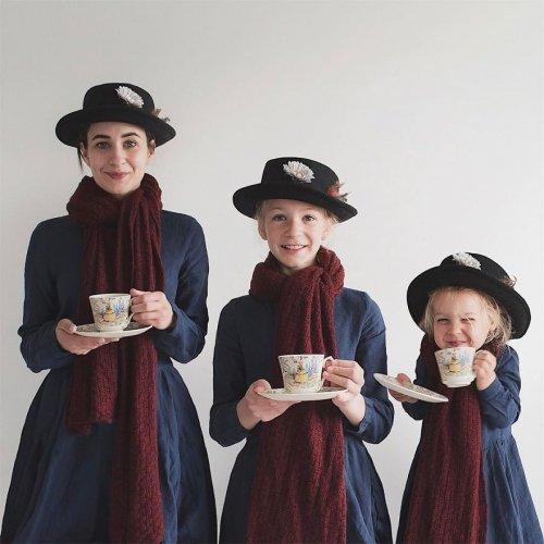 Креативное трио: мать и двое дочерей фотографируются в одинаковой одежде (21 фото)