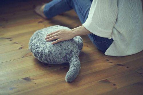 Мурчащая подушка Qooboo для тех, кто не может завести питомца (4 фото + видео)