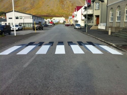 """В Исландии на одном из перекрёстков появилась 3D-""""зебра"""" (6 фото)"""