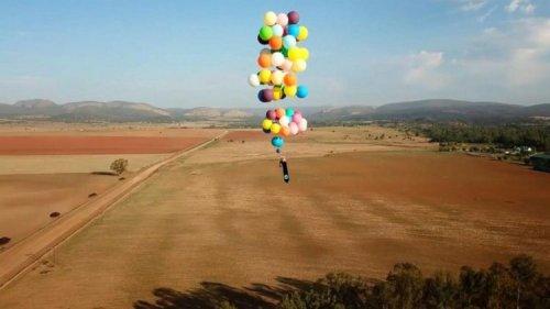Парень пролетел 25 километров на связке из 100 шаров с гелием (4 фото + видео)