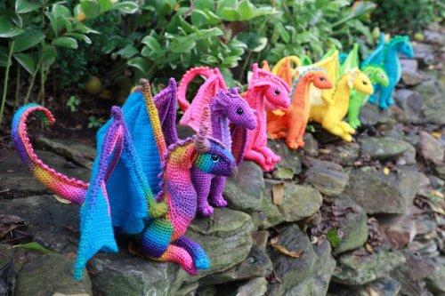 Красочные вязаные дракончики Меган Лэпп (9 фото)