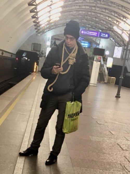 Модники и модницы в метро (22 фото)