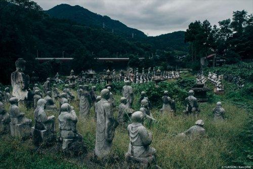 Жуткая заброшенная деревня с сотнями статуй в Японии (13 фото)