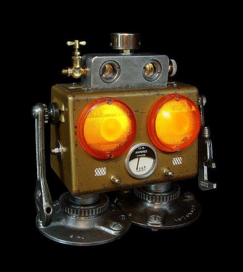 Скульптуры роботов с подсветкой из старых металлических деталей (29 фото)