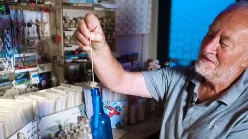Голландец собрал коллекцию из 1200 выброшенных на берег моря бутылок с посланиями (фото + видео)