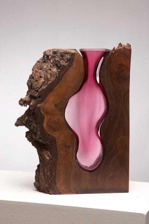Оригинальные стеклянные вазы в деревянном обрамлении (10 фото)