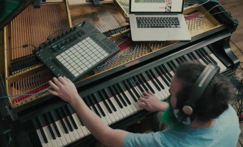 Израильский музыкант превратил фортепьяно в гитару, чтобы сыграть соло из песни Hotel California