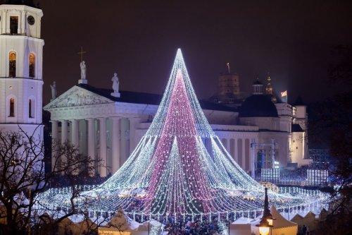 Рождественская ёлка в Вильнюсе, украшенная 70 тысячами лампочек и 2700 игрушками (9 фото)