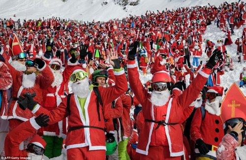 В Швейцарских Альпах состоялся массовый спуск Санта-Клаусов (10 фото)