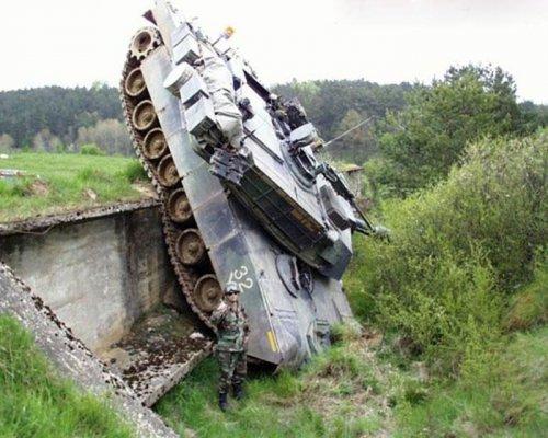 Необычные аварии и впечатляющие ДТП с участием танков (26 фото)