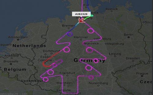 Самолёт Airbus A380 нарисовал в небе новогоднюю ёлку