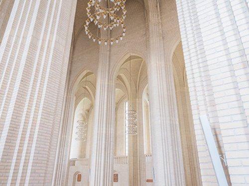 Захватывающий интерьер копенгагенской церкви Грундтвига (8 фото)