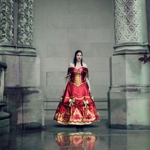 Дизайнер создаёт роскошные платья из использованной упаковочной бумаги (10 фото)