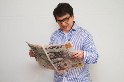 """Голливудские знаменитости фотографируются с газетой """"Копейский рабочий"""" (12 фото)"""