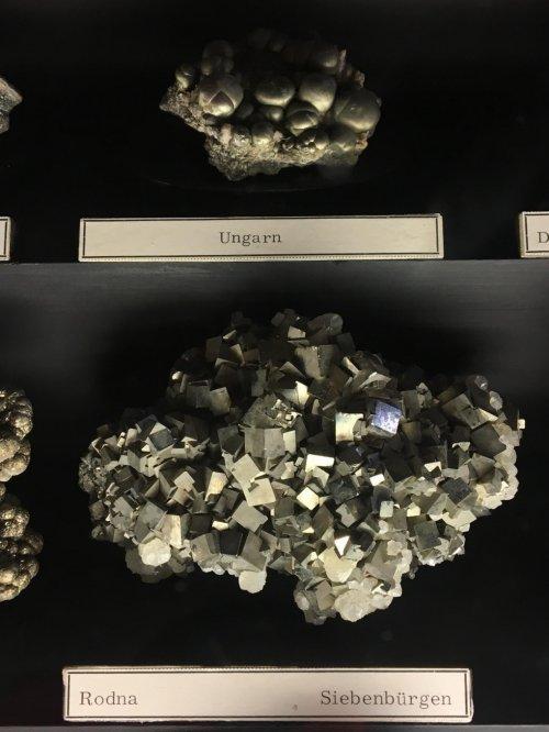 Выставка минералов, появившихся благодаря жизни на Земле, в Музее естествознания в Вене (16 фото)