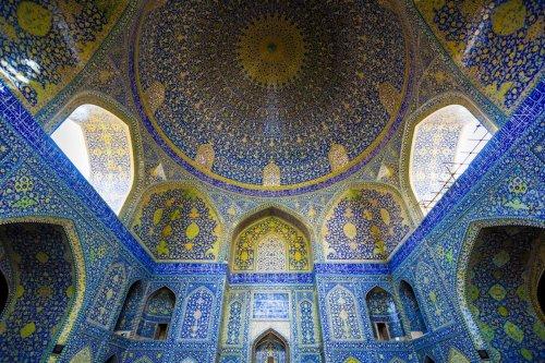 Впечатляющая красота потолков иранских мечетей в фотографиях Джеймса Лонгли (9 фото)