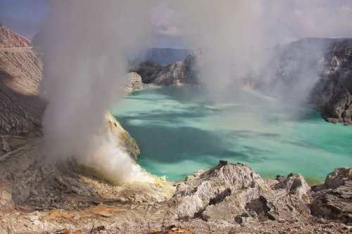 Иджен: Вулканическая серная шахта в Индонезии (29 фото)