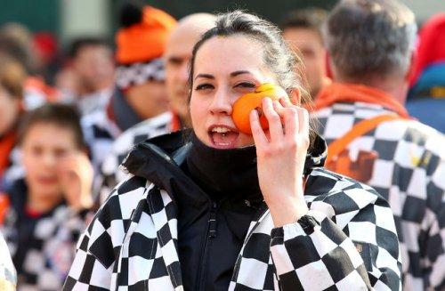 Апельсиновая битва в итальянском городе Ивреа (17 фото)