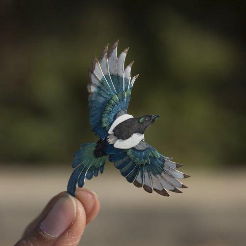 Индийские художники взялись создавать миниатюрных бумажных птиц каждый день в течение года (26 фото)
