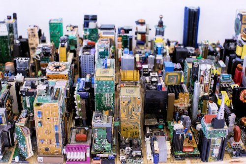 Подросток из Зимбабве построил модель Манхэттена из компьютерных комплектующих (11 фото)