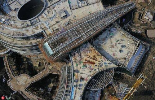 Строительство отеля в заброшенном карьере в Сунцзян подходит к концу (5 фото)