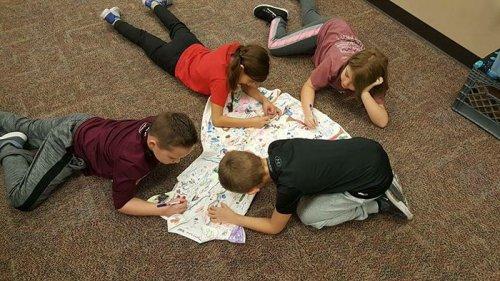 Ученики разрисовали платье учительницы ей на память (9 фото)