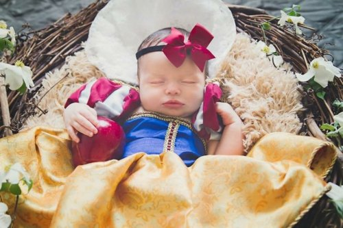 Молодая мама каждый месяц в течение года шила своей дочери-малышке костюмы принцесс, чтобы справиться с послеродовой депрессией (12 фото)