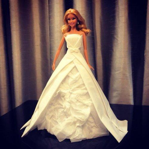 Заядлый коллекционер кукол Барби создаёт для них потрясающие платья из бумажных салфеток (31 фото)