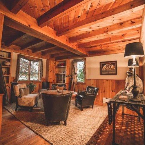 Уютные интерьеры деревянных домов (22 фото)