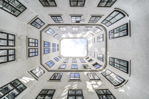 Гипнотизирующая симметрия венской архитектуры в фотографиях Жолта Хлинки (9 фото)