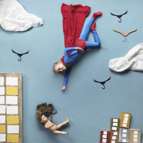 Креативные фотосессии матери и двух дочерей, сделанные с помощью повседневных вещей (15 фото)
