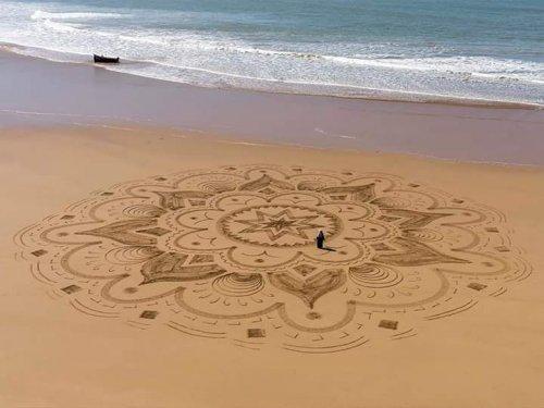Огромные и впечатляющие рисунки на песке Сэма Дугаду (26 фото)