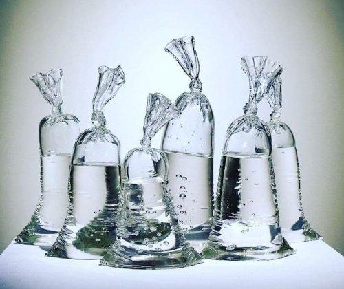 Эти полиэтиленовые мешки с водой — на самом деле искусно изготовленные стеклянные скульптуры (9 фото)