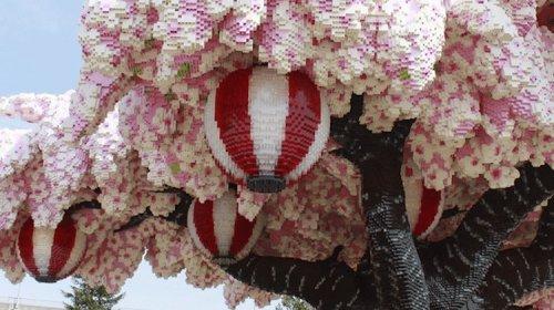Цветущая сакура, построенная из более чем 800 тысяч кирпичиков LEGO, установила мировой рекорд
