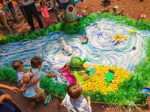 3 тонны пластиковых отходов превратили в красочный лес в Мехико (22 фото)