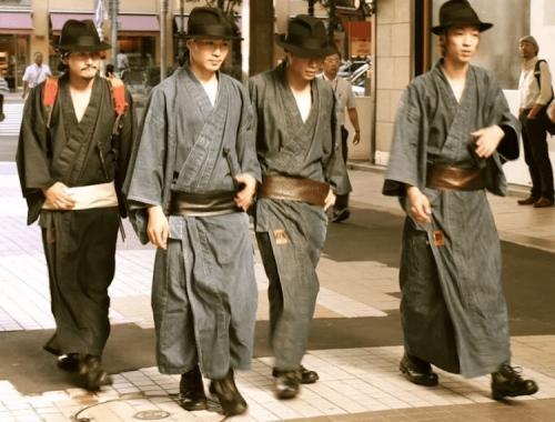 Современные самураи собирают мусор на улицах Токио (8 фото)