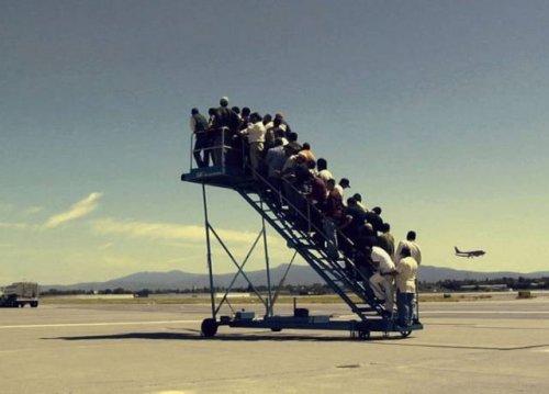 Прикольные снимки, которые можно сделать только в аэропорту (22 фото)