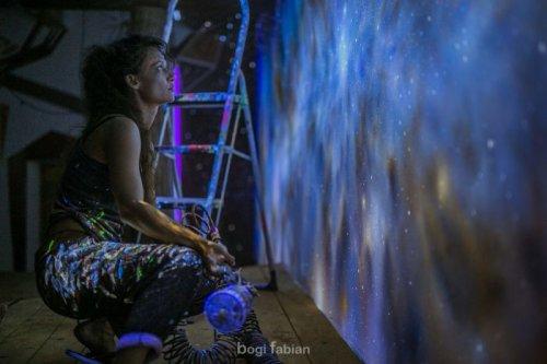 Светящееся в темноте искусство художницы Боги Фабиан (16 фото)