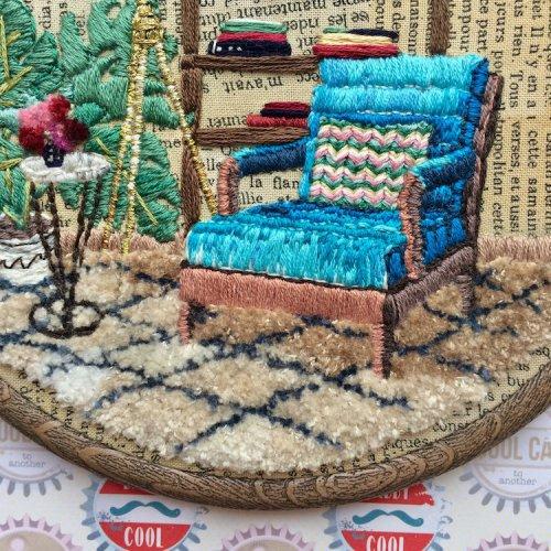 Красочные интерьеры домов в вышивках Елены Моарт (15 фото)